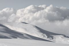 El cielo gris y las nubes entrantes sugieren una nueva perturbación y las nuevas nevadas fotografía de archivo
