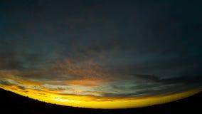 El cielo hermoso de la tarde con la flotación se nubla en el cielo metrajes