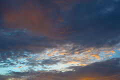 El cielo hermoso y el amarillo anaranjado rojo se nublan con puesta del sol en verano Fotografía de archivo libre de regalías