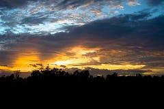 El cielo hermoso y el amarillo anaranjado rojo se nublan con puesta del sol en verano Foto de archivo libre de regalías