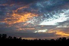 El cielo hermoso y el amarillo anaranjado rojo se nublan con puesta del sol en verano Imagen de archivo