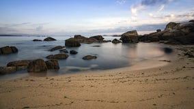 El cielo, las rocas, el mar y la arena varan Fotos de archivo libres de regalías