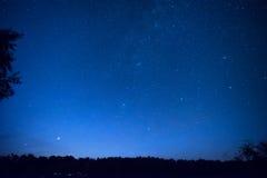 El cielo nocturno azul hermoso con muchos protagoniza fotos de archivo