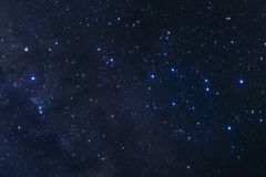El cielo nocturno estrellado, la galaxia de la vía láctea con las estrellas y el espacio sacan el polvo adentro