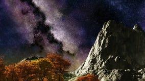 El cielo nocturno púrpura del lapso de tiempo protagoniza sobre la montaña y árboles metrajes