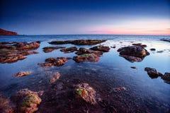El cielo nocturno sobre el mar Cabo San Vito de la ubicación imagen de archivo libre de regalías