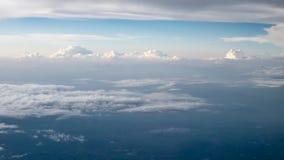 El cielo nublado y azul hermoso en por la noche temprano Foto de archivo libre de regalías