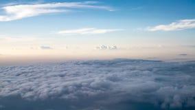 El cielo nublado y azul hermoso en por la noche temprano Fotos de archivo libres de regalías
