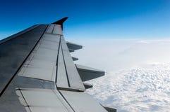 el cielo nublado y el aeroplano se van volando como a través vista ventana de un aircra Fotografía de archivo libre de regalías