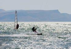 el Cielo-practicar surf y el practicar surf en el lago Kinneret Imagen de archivo libre de regalías