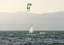 el Cielo-practicar surf y el practicar surf en el lago Kinneret Fotos de archivo