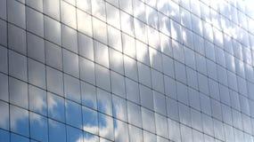 El cielo reflejó en Windows de un rascacielos Foto de archivo libre de regalías