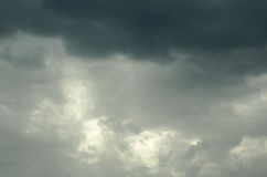 El cielo se cubre con las nubes Imágenes de archivo libres de regalías