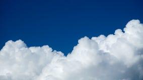 El cielo se nubla, cielo azul con las nubes blancas Imágenes de archivo libres de regalías
