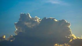 El cielo se nubla, cielo azul con las nubes blancas para la textura del fondo Fotografía de archivo