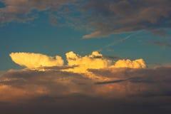 El cielo se nubla el azul de la naturaleza de la puesta del sol Foto de archivo libre de regalías