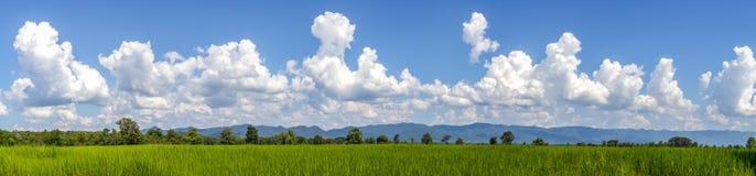 El cielo se nubla el campo Fotos de archivo