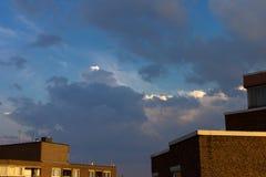 El cielo se nubla el edificio al aire libre de la puesta del sol Fotografía de archivo