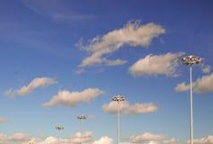 El cielo se nubla el juego de las luces de calle Imágenes de archivo libres de regalías