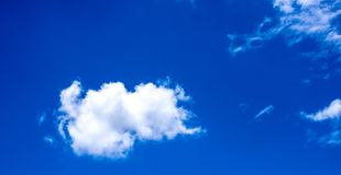 El cielo se nubla las nubes blancas bluesky Imágenes de archivo libres de regalías