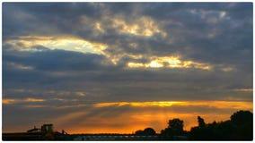 El cielo se nubla puesta del sol Fotografía de archivo