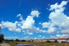 El cielo sobre el pueblo Imagen de archivo libre de regalías