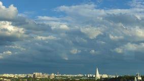 El cielo sobre la ciudad almacen de video