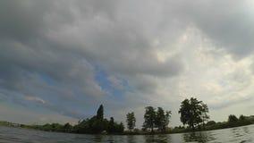El cielo video rápido del río del embarcadero del paisaje del timelapse de Timelapse se nubla árboles almacen de metraje de vídeo