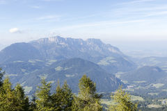 El cielo y la niebla de la mañana en la montaña Imagen de archivo