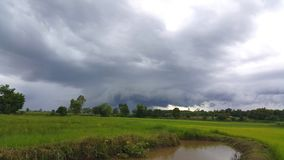 El cielo y las nubes antes de las caídas de la lluvia Imágenes de archivo libres de regalías