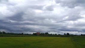 El cielo y las nubes antes de la lluvia caen Imágenes de archivo libres de regalías
