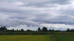 El cielo y las nubes antes de la lluvia caen Fotos de archivo