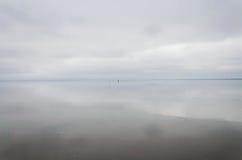El cielo y las nubes reflejaron en la superficie duplicada del lago Elton fotografía de archivo