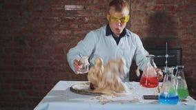 El científico conduce un experimento químico impresionante con la explosión de la espuma del calor metrajes