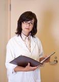 El científico de la señora sostiene el fichero con resultados del experimento Imágenes de archivo libres de regalías