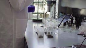 El científico en muestras del suelo de la marca del laboratorio almacen de metraje de vídeo