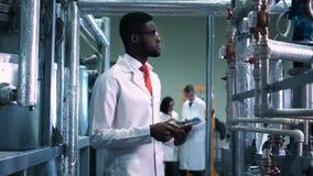 El científico en una planta almacen de metraje de vídeo