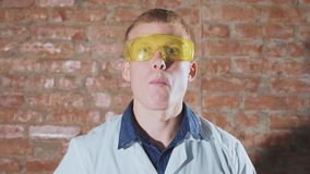 El científico enojado come una palomitas de maíz congelada almacen de video