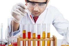 El científico hace la reacción de la sustancia química imágenes de archivo libres de regalías