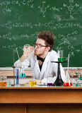 El científico loco bebe el líquido en el frasco fotografía de archivo libre de regalías