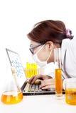 El científico mira la reacción de la molécula Imagen de archivo libre de regalías