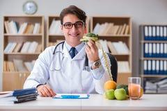 El científico que estudia la nutrición en diversa comida fotografía de archivo libre de regalías