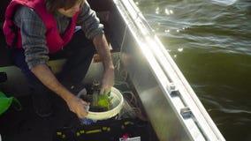 El científico que toma el légamo de la parte inferior del lago almacen de video