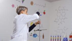 El científico se prepara para experimentar en laboratorio almacen de metraje de vídeo