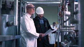 El científico y el ingeniero en planta almacen de video