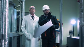 El científico y el ingeniero en planta metrajes