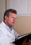 El científico investiga resultados de la prueba Fotografía de archivo