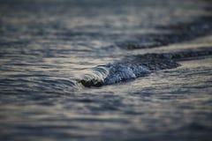 El cierre agradable encima del azul del mar agita la falta de definición creativa Imágenes de archivo libres de regalías
