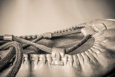 El cierre basque hermoso del abarka del zapato de cuero del baile para arriba en fondo marrón claro aisló la visión superior en m Imagenes de archivo