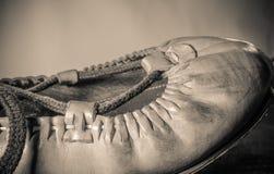 El cierre basque hermoso del zapato de cuero del baile para arriba en fondo marrón claro aisló la visión superior en macro retra  Imagen de archivo